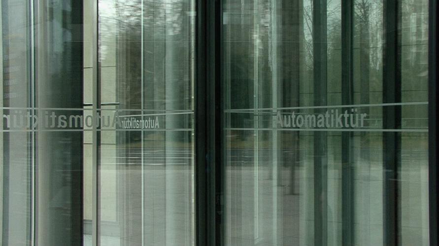 2011_Automatiktür_Frankfurt_Still-1_891x501
